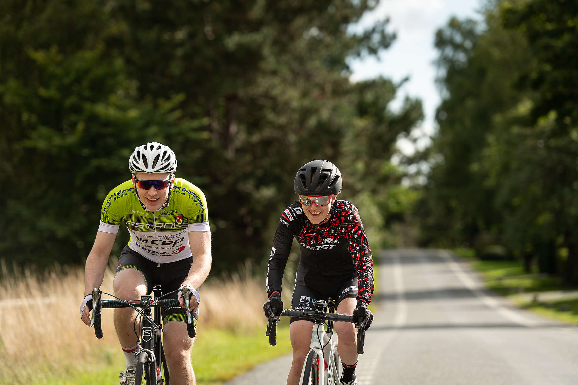 Caroline and Frederik Bohé are road cycling together.